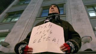 Държавната дума забрани на американци да осиновяват руски деца