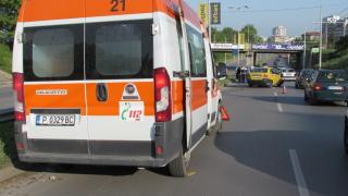 Такси помете четири коли и се заби в дърво в София