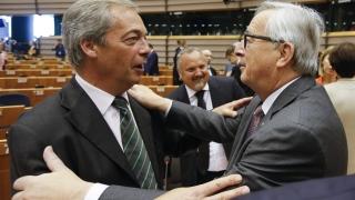 Еврочиновници се нахвърлиха на Найджъл Фарадж в Европарламента, как не го било срам