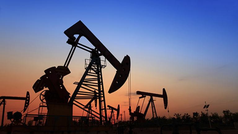 Нефтът пада