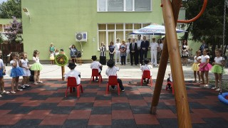 Посолството на САЩ ремонтира детска площадка