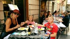 Ирина Тенчева глези децата си във Верона (СНИМКИ)
