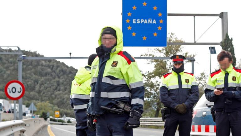 Френски полицаи за борба с безредици изтласкаха във вторник сутринта