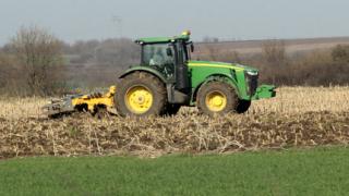 Изследват замърсеността на почвите в района на спускания нефтопровод