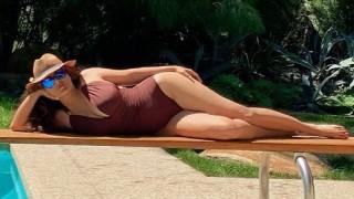 Как Салма Хайек изглежда толкова добре по бански
