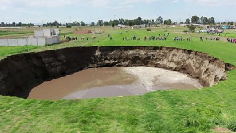 Пълна с вода огромна дупка, която се е отворила по