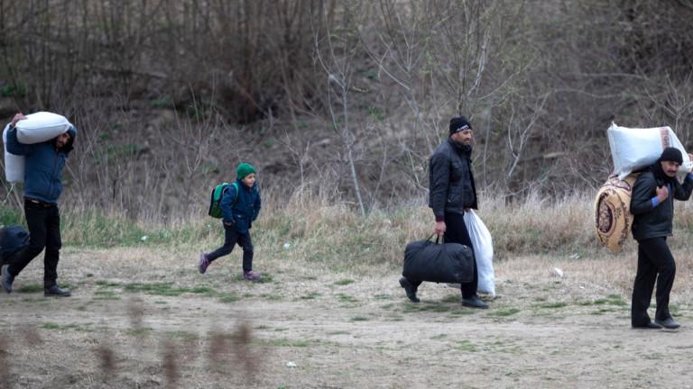 Турция праща бежанци от гръцката граница в центрове за репатриране