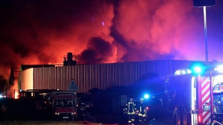 Огромен пожар е избухнал в складове в близост до електроцентрала