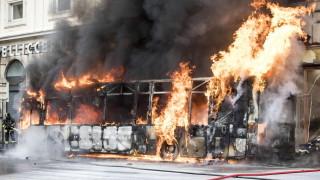 Пътнически автобус се запали и избухна в центъра на Рим