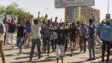 Сълзотворен газ и палки срещу протестиращи в центъра на суданската столица
