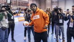 Роналдиньо празнува рожден ден от затвора