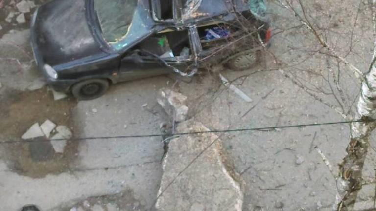 Снимка: Бетонен къс смаза кола в столичния Гео Милев