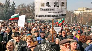 Стотици протестират за по-високи пенсии