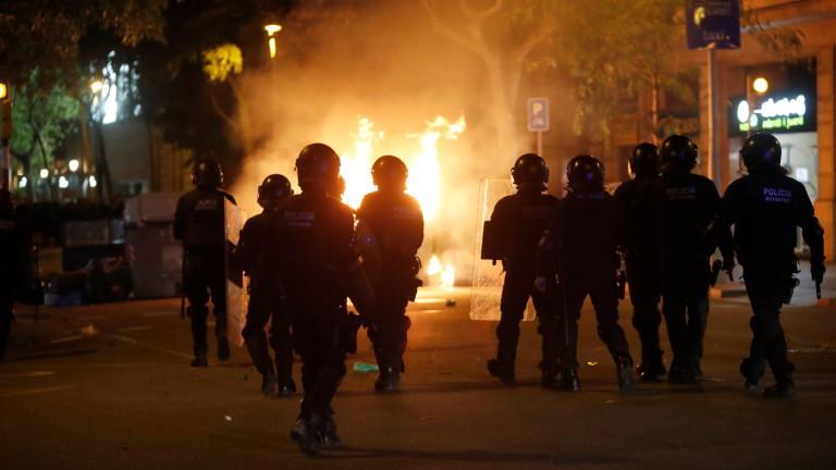 Протестиращите подпалиха автомобили и хвърлиха бензинови бомби по полицията в