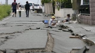 Рухнали сгради и стени при мощно земетресение в Япония