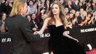 Анджелина Джоли плаче под душа