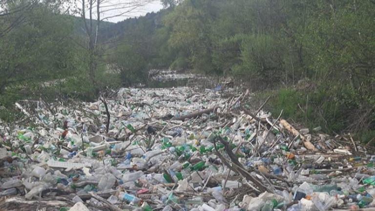 Боклуци задръстиха река Искър