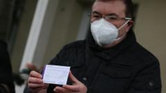 Здравният министър се чувства добре часове след ваксината срещу COVID-19