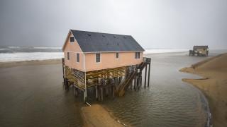 """""""Дориан"""" връхлетя островите на Северна Каролина"""