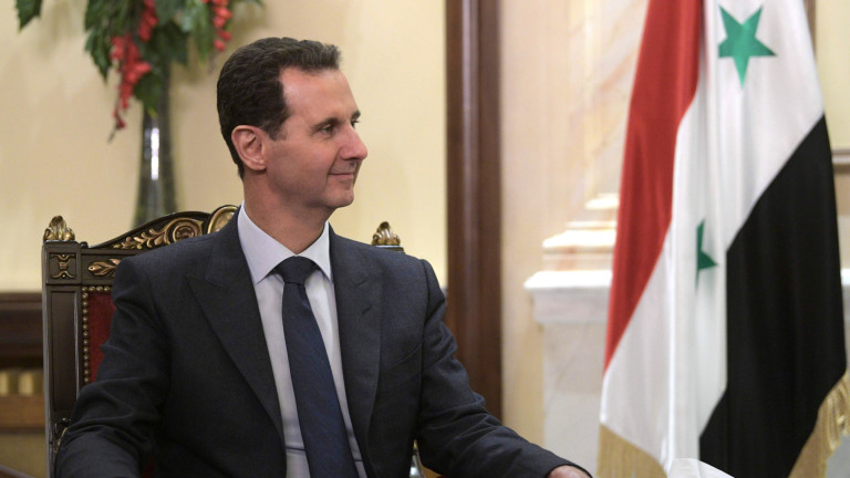 Сирийският президент Башар Асад спря за кратко речта си пред