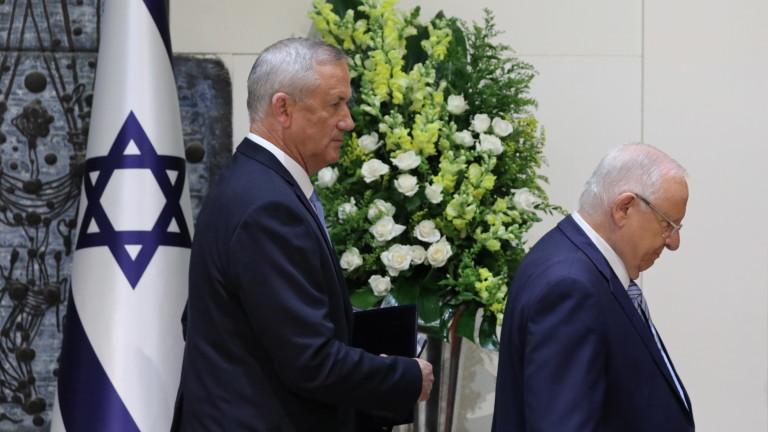 Израелският президент Реувен Ривлин връчва на председателя на парламента (Кнесета)