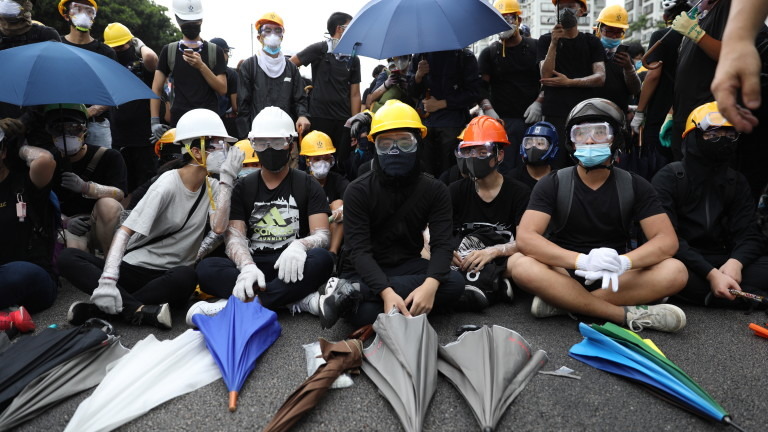 Десетки хиляди отново излязоха по улиците на Хонконг, за да