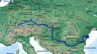 Лед и плитки води по река Дунав