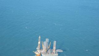 Издирват 11 след експлозия на нефтена платформа