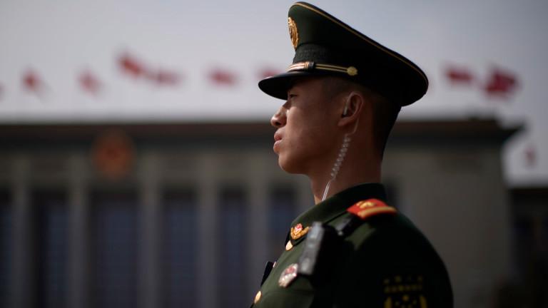 Пекин задържа мъж, споделил снимки с китайски войници до Хонконг