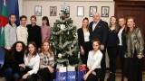 Министър Кралев получи коледен подарък от националния отбор по художествена гимнастика