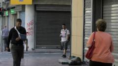 Българите в Гърция да носят евро в брой, в банкоматите няма