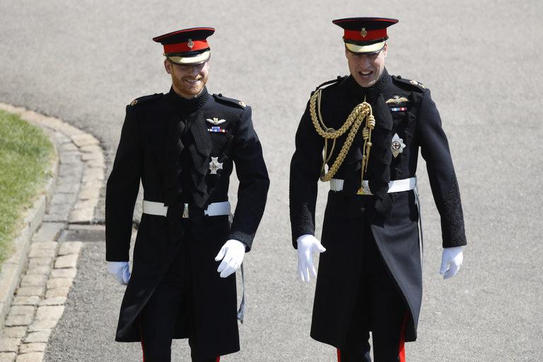 Двамата братя във военни униформи