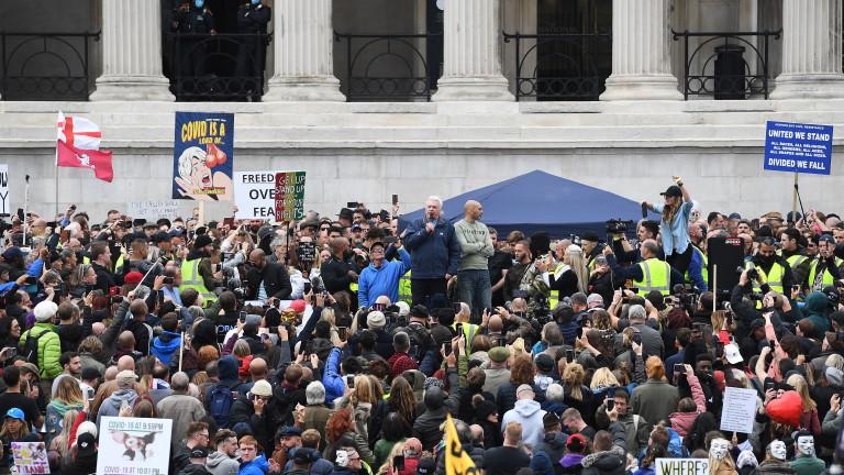 Хиляди, повечето от които без маски за лице, се събраха
