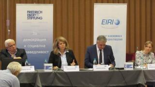 Всяко трето българско дете се ражда извън страната, тревожи се Йотова