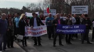 Около 300 души блокираха пътя между Китен и Царево