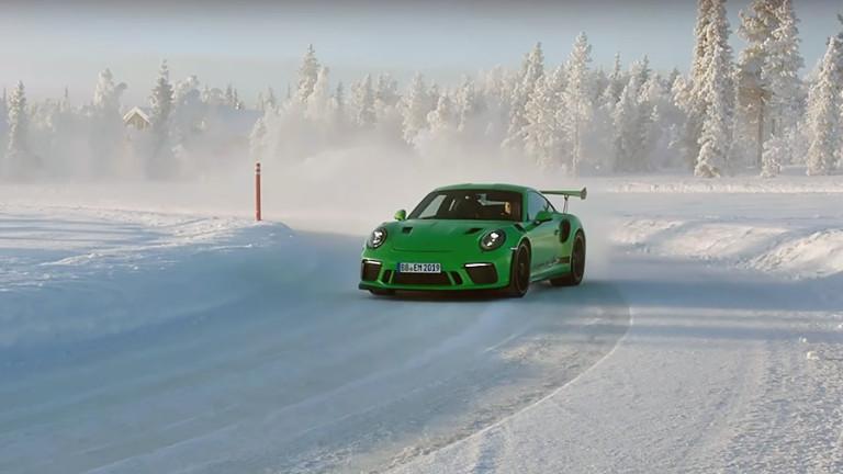 Супермощно Porsche 911 направи дрифт зад Полярния кръг (ВИДЕО)