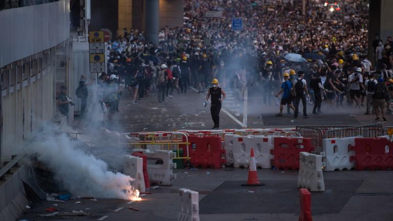 Полицията в Хонконг отново използва сълзотворен газ и водни оръдия