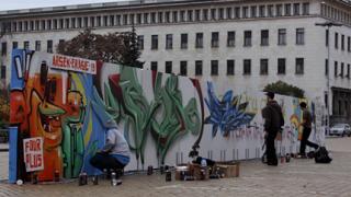 """Столичани рисуват върху """"Софийската стена"""""""