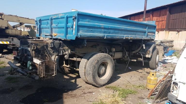 Камион с чужда регистрация, возещ цистерна, е излязъл извън пътното