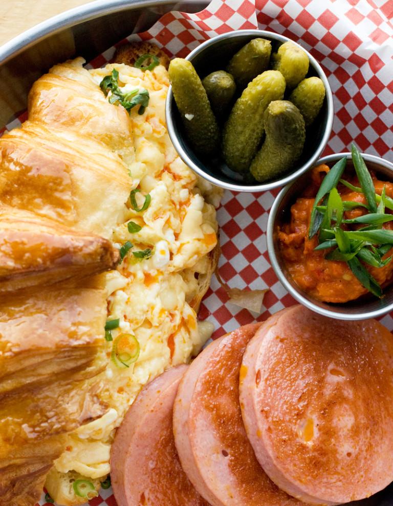 Бъркани яйца със сирене и кашкавал в кроасан, лютеница, кисели краставички, зелен лук и салам Камчия