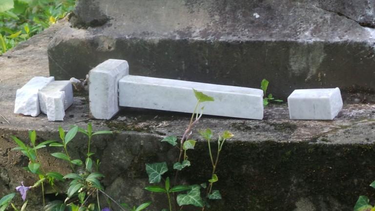 Снимка: Вандали посегнаха на паметници в Скобелев парк в Плевен