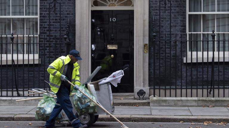 Петима евроскептични министриот британския кабинет притискат премиера Тереза Мей да