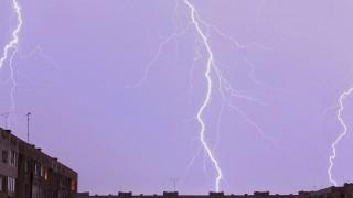 Мълния подпали покрива на къща в Мездра