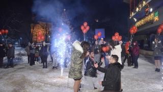 Хиляди българи посрещнаха по площадите Новата 2017 година