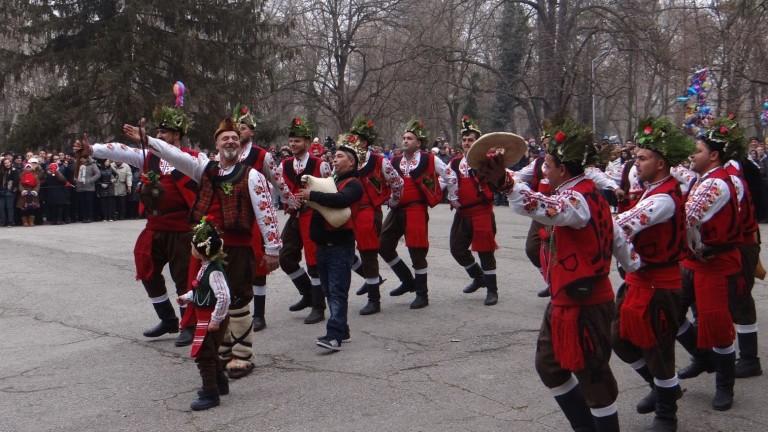 На Коледа, по ямболски,със завладяващия танц на неповторимите ямболски коледари,