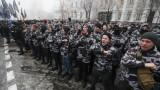 Крайнодесни в Украйна горят руския флаг и замерят консулството в Харков