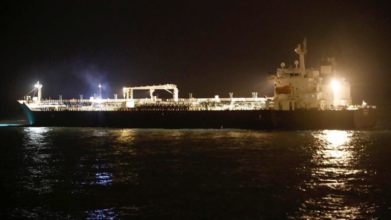 Военноморските сили на Иран за кратко задържаха петролен танкер под