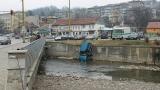 Таксиджия падна в река Янтра
