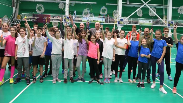 """Министър Кралев присъства на 14-ия ученически турнир по бадминтон """"Златно перце"""""""