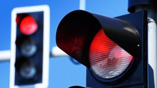 Шофьор мина на червено, заби се в автобус и избяга пеша